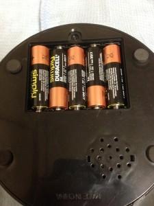 フライングアラームクロックに付属の電池をセット